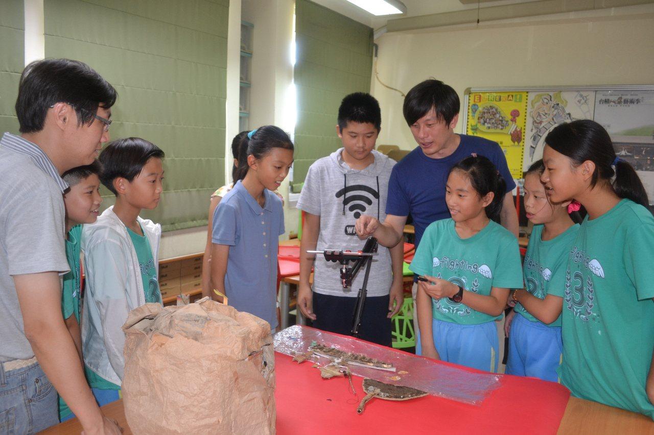 台南市10所國中小結合成動畫種子學校,用拍攝停格動畫來進行影音教育。記者鄭惠仁/...