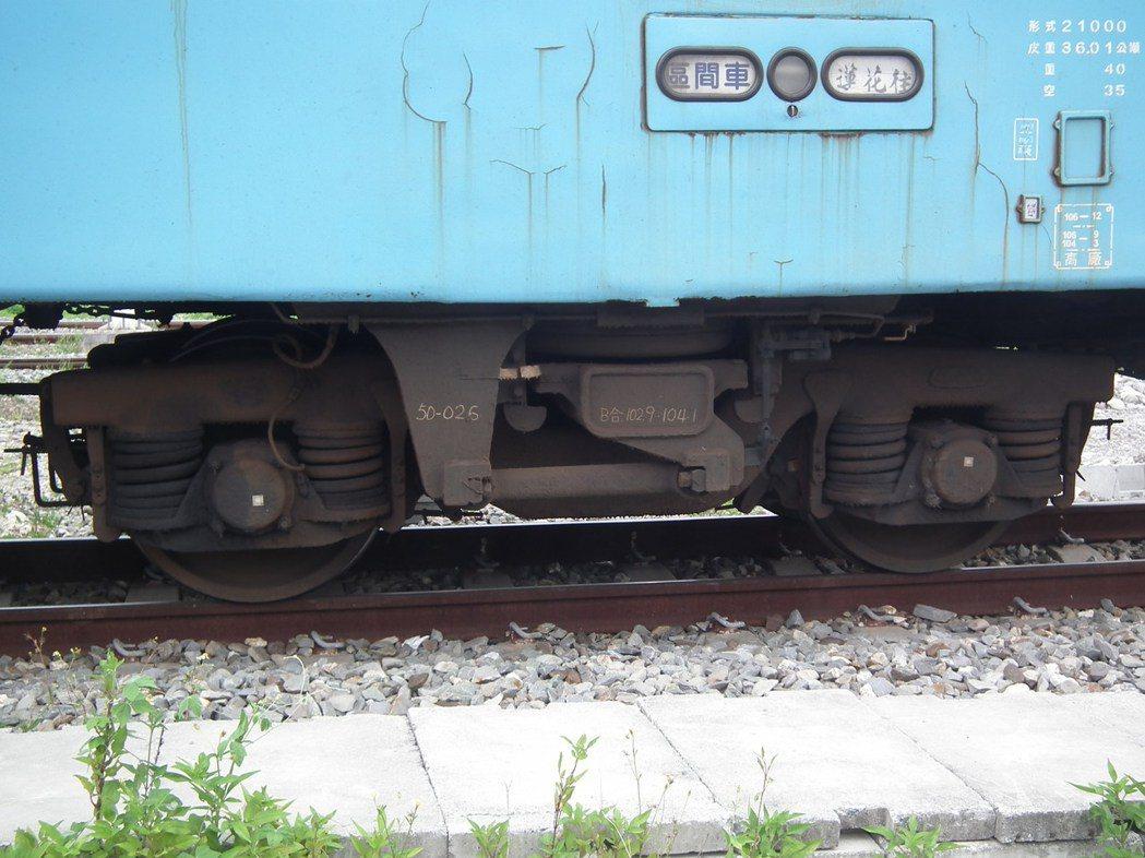 去年高溫曾讓花東線鐵軌熱膨脹變形,導致火車出軌意外,台東工務段每天巡軌檢視。記者...