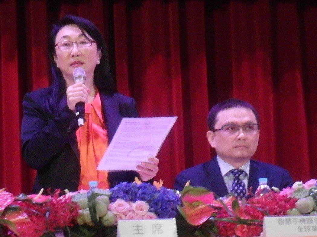 宏達電股東會,由董事長暨執行長王雪紅(左)主持。 記者何佩儒/攝影