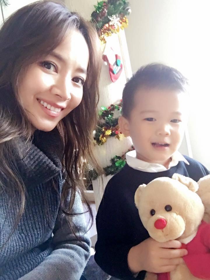 侯佩岑(左)與大兒子Ian(伊恩)母子情深。圖/摘自臉書