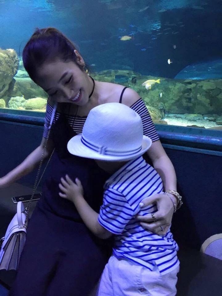 侯佩岑(左)帶兒子出遊,Ian不停摸她的孕肚。圖/摘自臉書