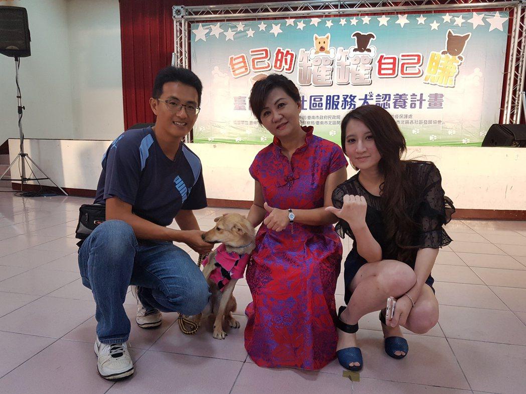 流浪狗進入社區成為社區寵兒。 記者修瑞瑩/攝影