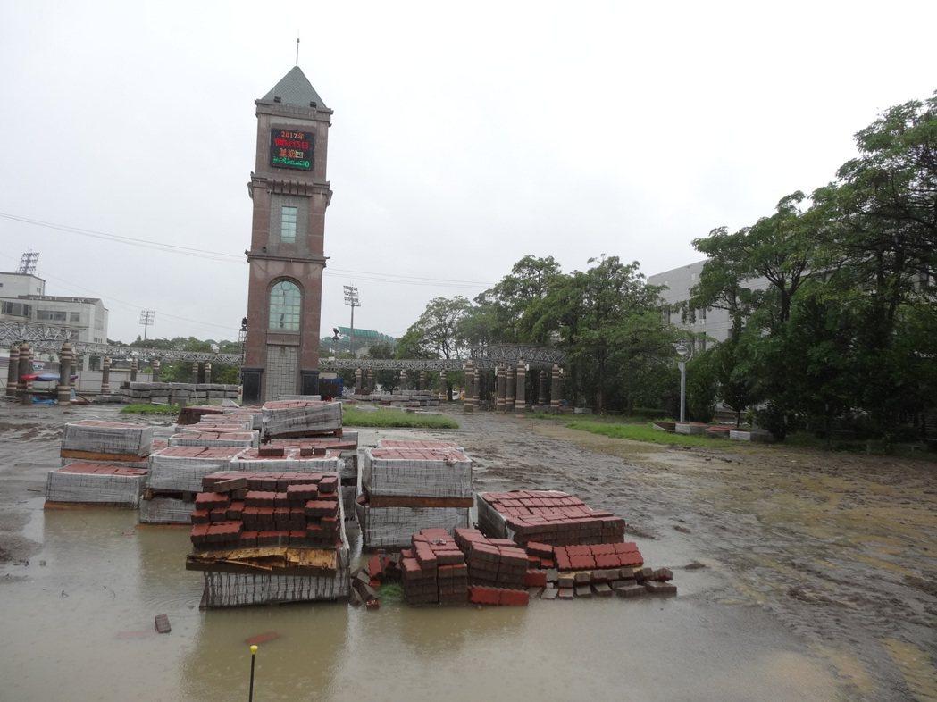 嘉義縣政府與縣議會前的草坪民主廣場,工程施工,連日梅雨帶來豐沛雨量,因工地排水系...