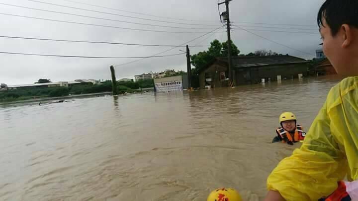 雲林縣斗南鎮沈姓鎮民,6月3日當天消防隊撤離的時候,家中水深達175cm,且家後...
