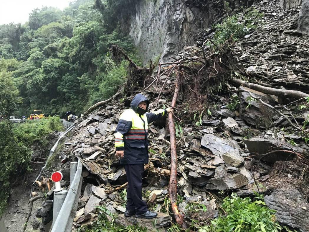 仁愛警方說,埔霧公路土石坍方,並沒有人車被壓,豪雨成災大家都忙,別再散布謠言了。...