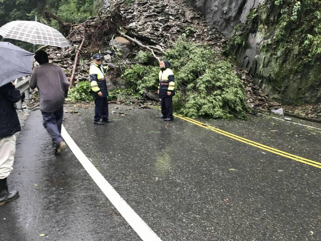 埔霧公路上午邊坡土石坍方,交通中斷,幸沒有 人車被壓。圖/警方提供