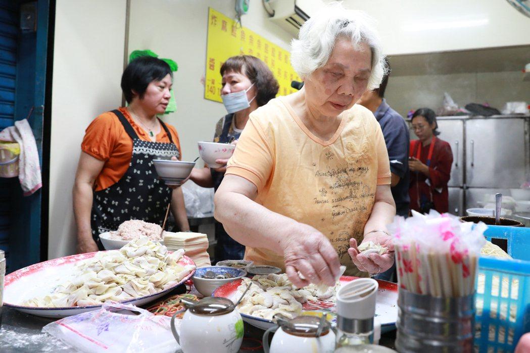 80歲的陳李月卿賣麵,每碗才35元,卻省吃儉用,積蓄280萬元,買救護車助人。圖...
