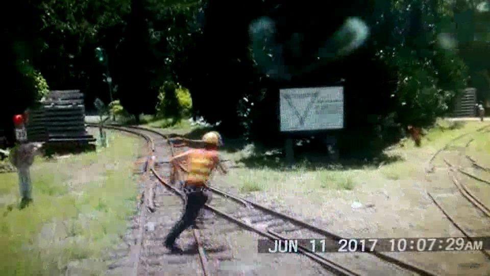 森鐵小火車喇叭響3秒多,謝姓道班工才拔腿快跑。記者林伯驊/翻攝