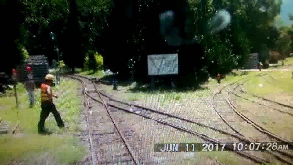 謝姓道班工人在小火車接近時橫越鐵軌,差點被撞上。記者林伯驊/翻攝