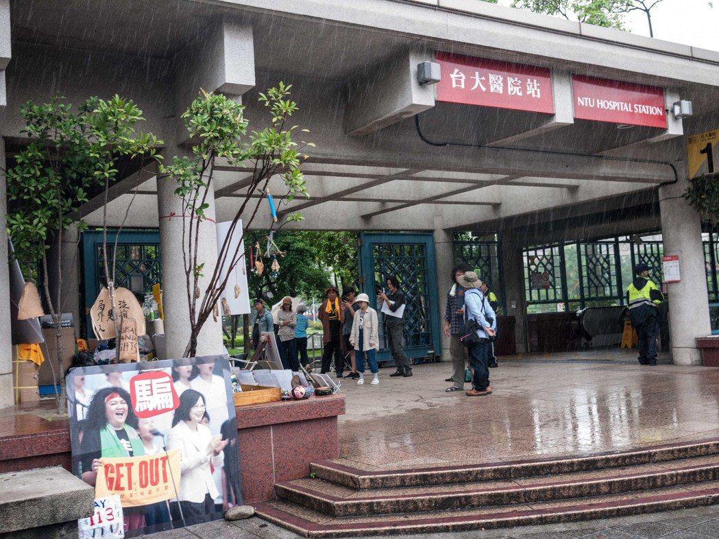 原民團體在凱道露宿百日遭警方驅離後,目前持續在捷運台大醫院站露宿抗議。記者林良齊...
