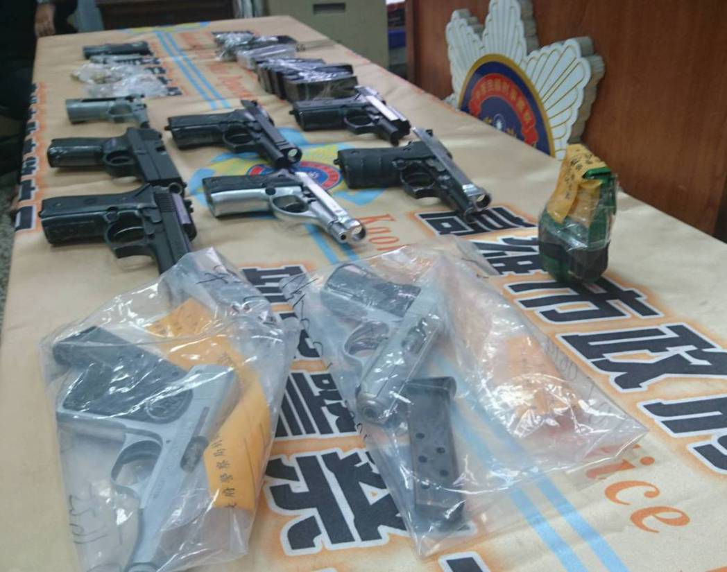 警方查扣改造手槍3把、6把改造手槍半成品、一顆手榴彈與改造槍枝零件組。記者劉星君...