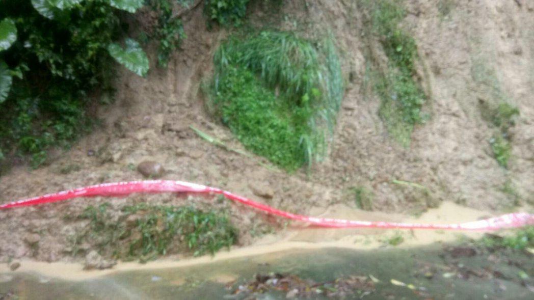 竹市高峰路219巷邊坡坍方,警消現場警戒。記者郭宣&#24419/翻攝