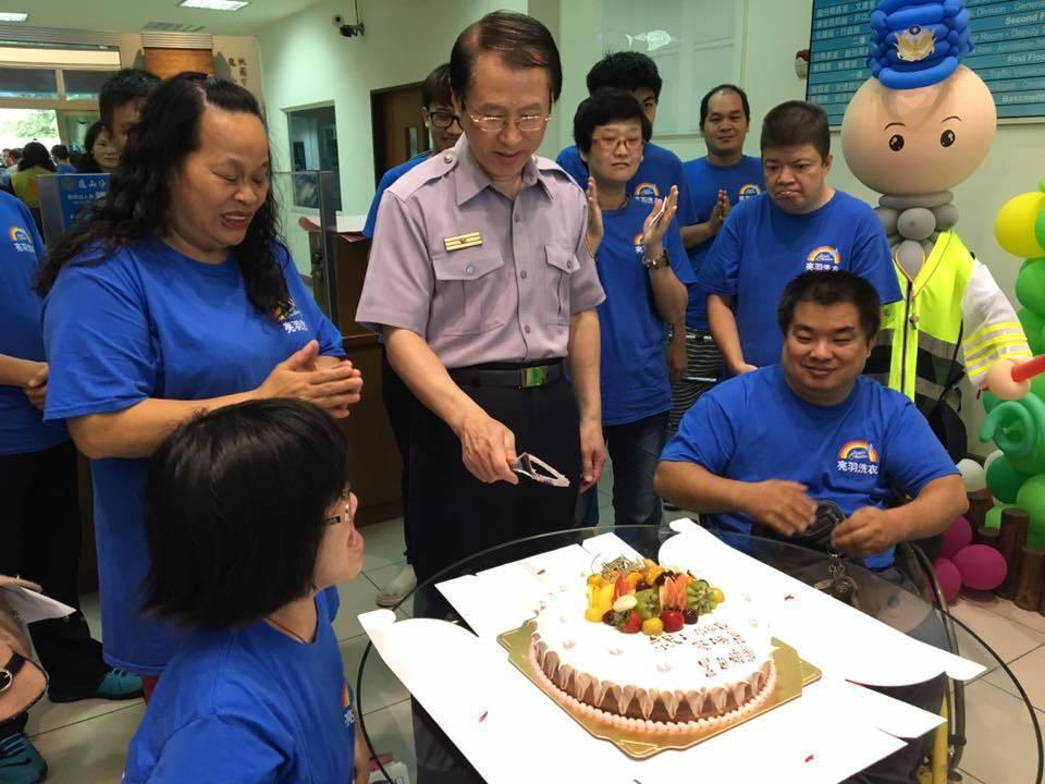 亮羽洗衣的身障員工拜訪龜山分局,送上蛋糕祝分局長蔡鴻義生日快樂。記者呂筱蟬/攝影