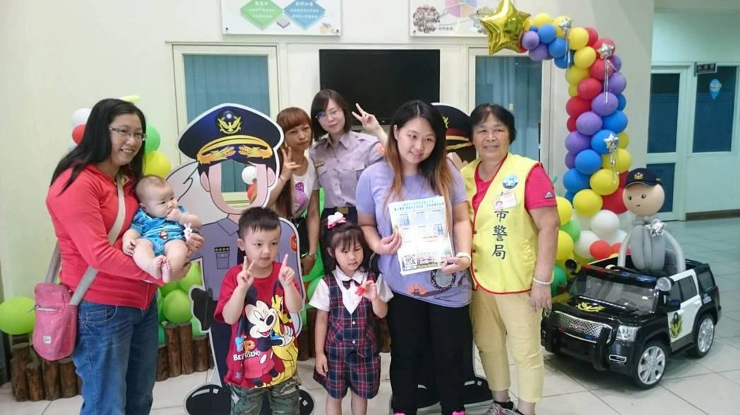 龜山分局舉辦集點活動送贈品,民眾親訪派出所祝警察節快樂。記者呂筱蟬/攝影