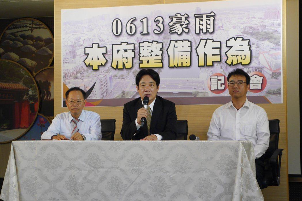 台南市長賴清德(中)原預計明天前往美國僑界演講,到因遇上豪雨,他將視情況延後行程...