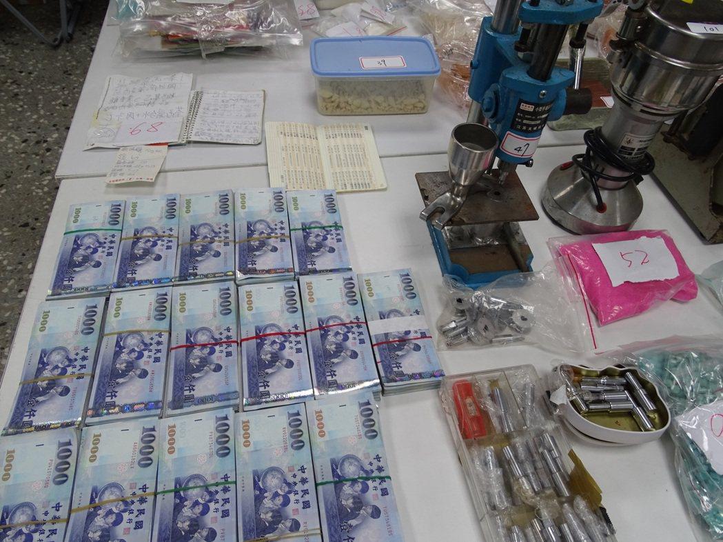 警方在劉的住處查獲現金158萬。記者江孟謙/攝影