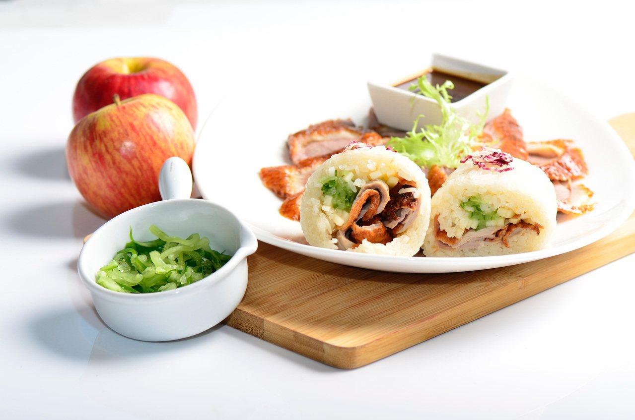 台北W飯店與丁丁飯丸合作推出限定款紫艷烤鴨口味飯糰。圖/台北W飯店提供