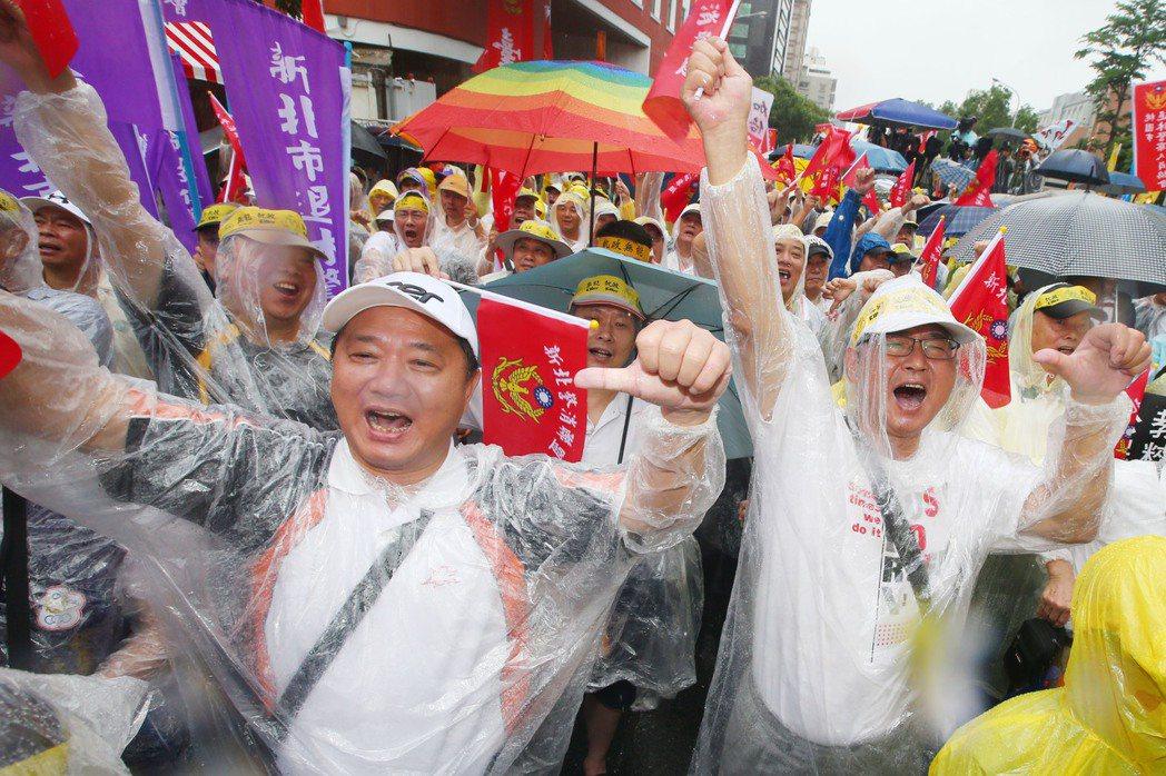 多個軍公教警消團體包圍立法院抗議年改,大呼口號要求「反對亂改、不溯既往」、「蔡英...