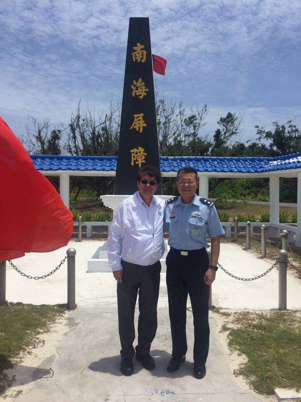 健保署長(左)李伯璋與國防部軍醫局長吳怡昌訪視東沙島醫療狀況。圖/健保署提供