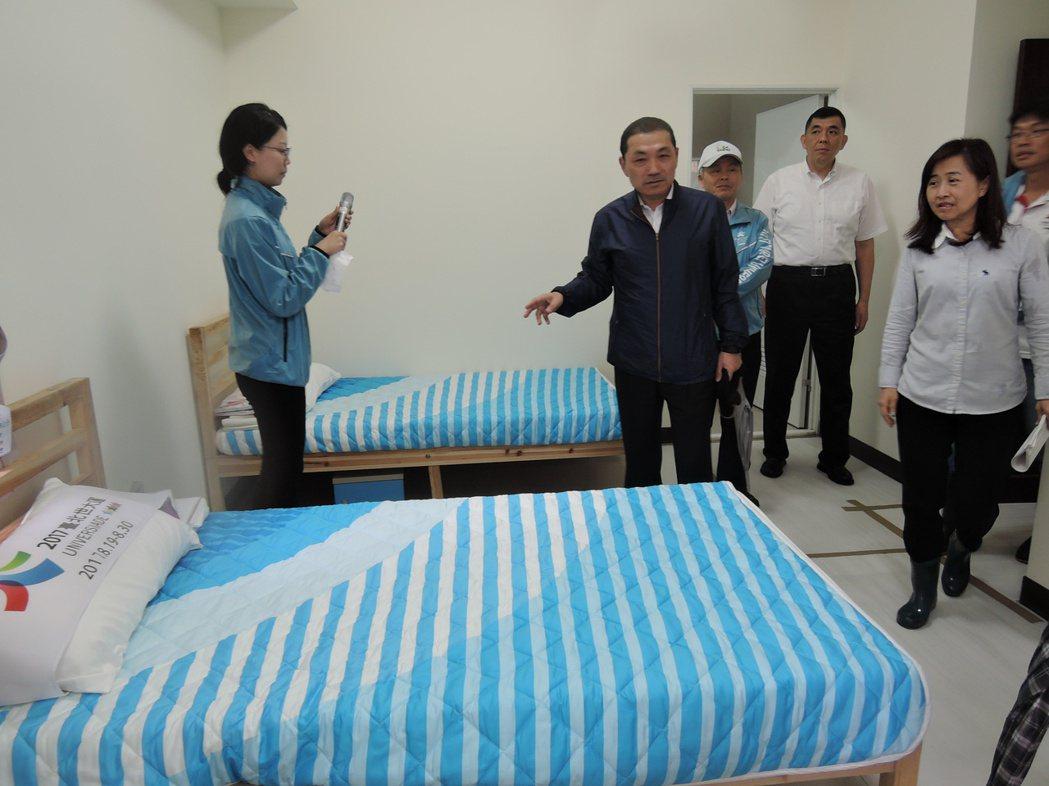 侯友宜對於選手村的房間設計、陳設,表示滿意。記者陳珮琦/攝影