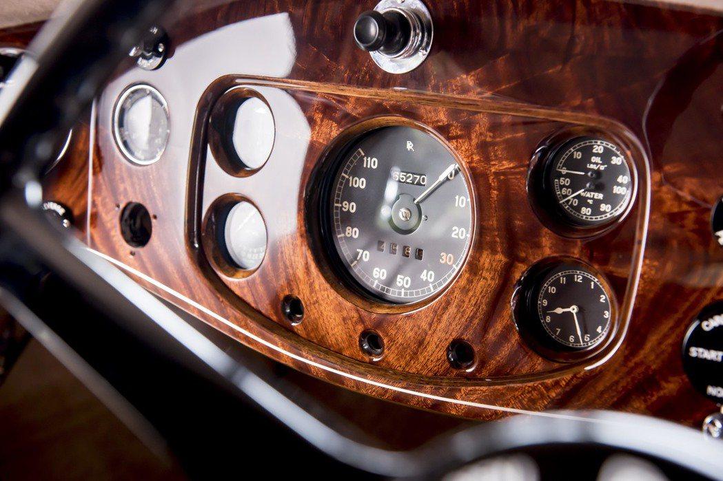 呈現勞斯萊斯經典的Book Match 木紋飾板。圖/Rolls-Royce提供