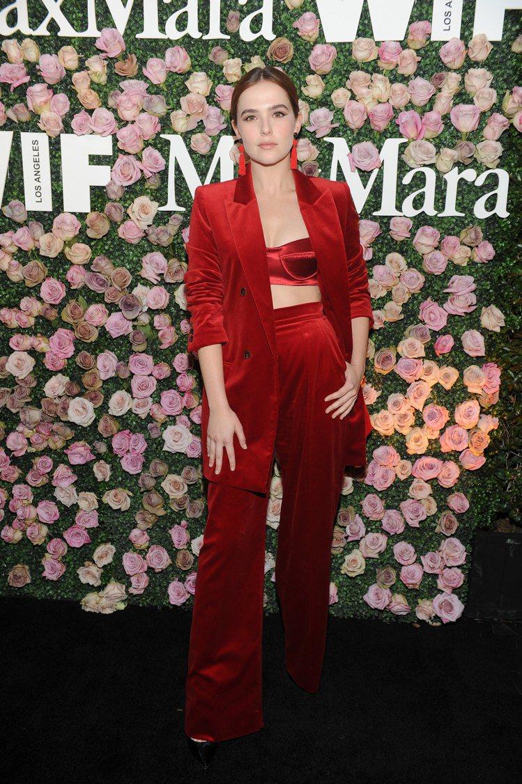 柔伊德區以紅色西裝套裝搭襯緞面馬甲抹胸,知性與性感兼具。圖/Max Mara提供