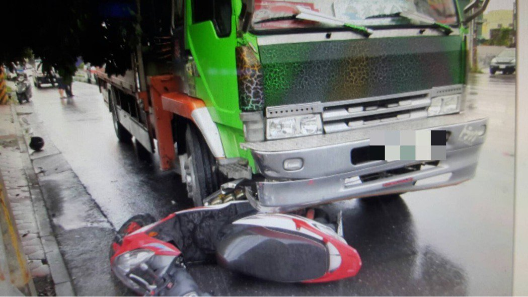 彭姓機車騎士停等紅綠燈,卻遭大貨車從後方輾斃,當場死亡。記者劉星君/翻攝
