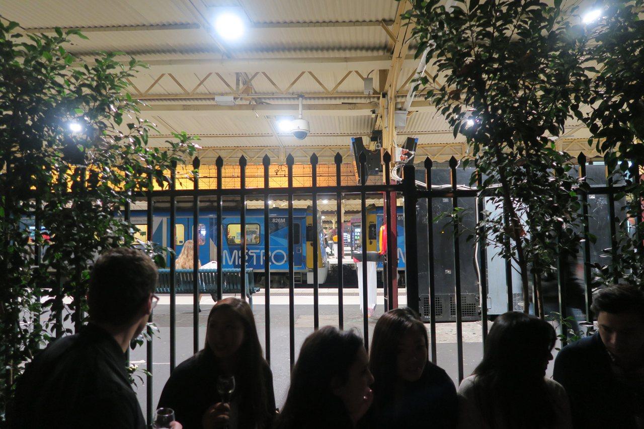 鄰近酒吧的費蓮達火車站,是全澳洲最繁忙的火車站。