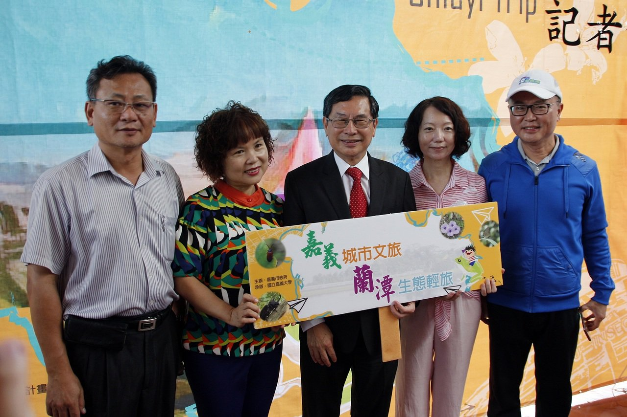 嘉市長涂醒哲(中)今天宣傳8個1日或2日遊的特色遊程。記者林伯驊/攝影