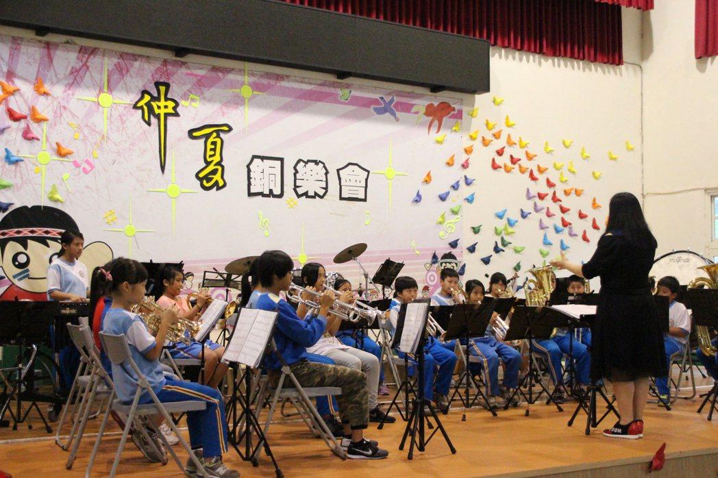 位在偏鄉的復興區三民國小,受到善心企業捐助經費,成立「搖擺兒童銅管樂團」,讓資源...