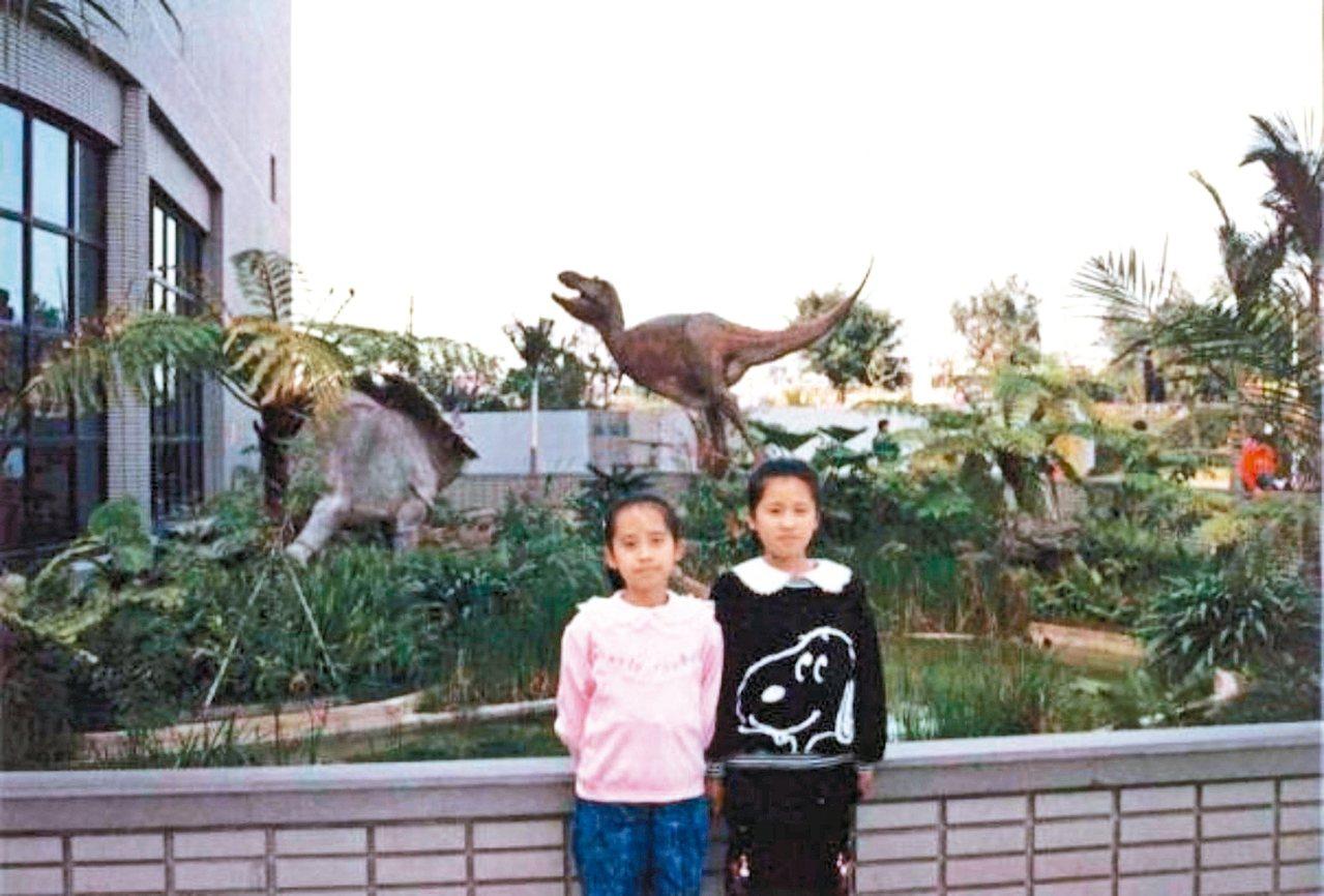 李欣倫(右)小學六年級時,與妹妹在台中科博館合影。 ◎李欣倫/圖片提供