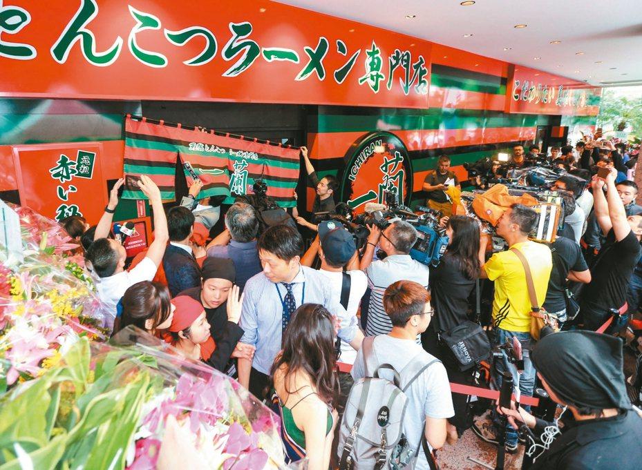 一蘭拉麵15日開幕,吸引許多人在風雨中排隊品嘗。 記者鄭清元/攝影