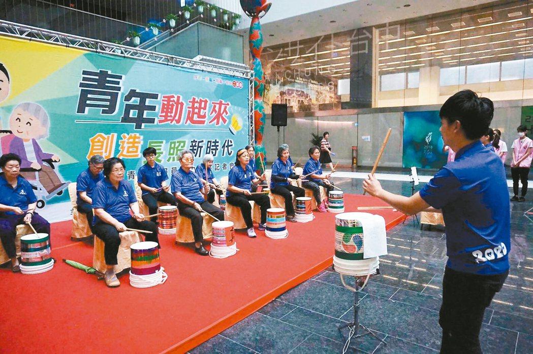 台中市廣邀青年加入長照服務員行列,祭出獎勵。 記者陳秋雲/攝影