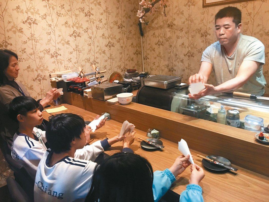 日式料理店老闆陳松年(右)傳授手藝,助學習低成就學生找到興趣。 記者呂筱蟬/攝影