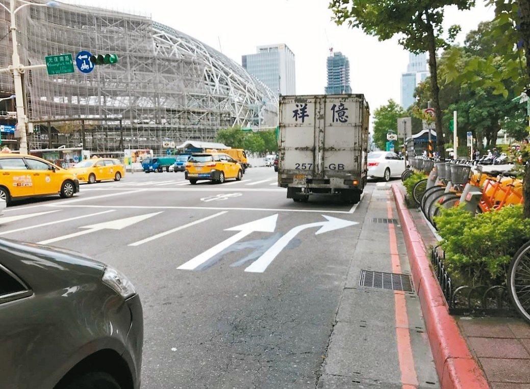 北市府為減少路口車輛同向擦撞及右轉側撞事故發生率,部分路口試辦分流式指向線,提早...