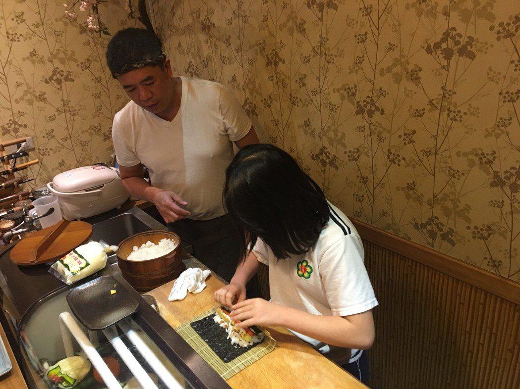 日式料理店老闆陳松年說,「念書不是唯一,孩子臉上展現的自信與笑容,是在學校看不見...