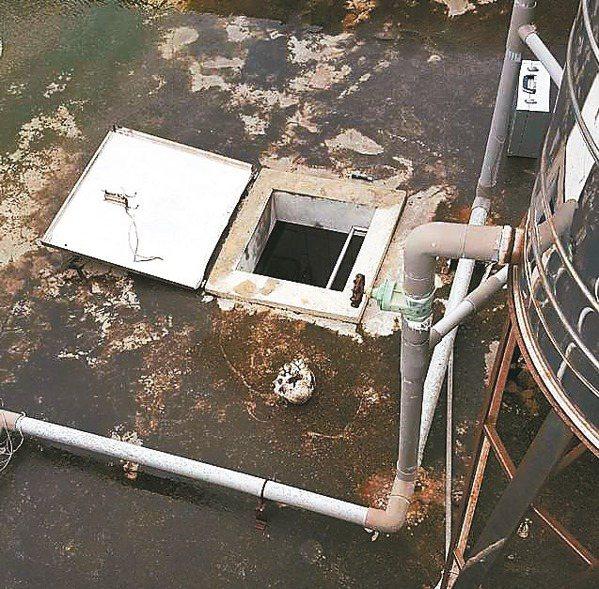 豪雨造成布袋鎮永安國小頂樓陽台嚴重積水,校方雇工清理校園屋頂,赫見破碎頭骨及一堆...