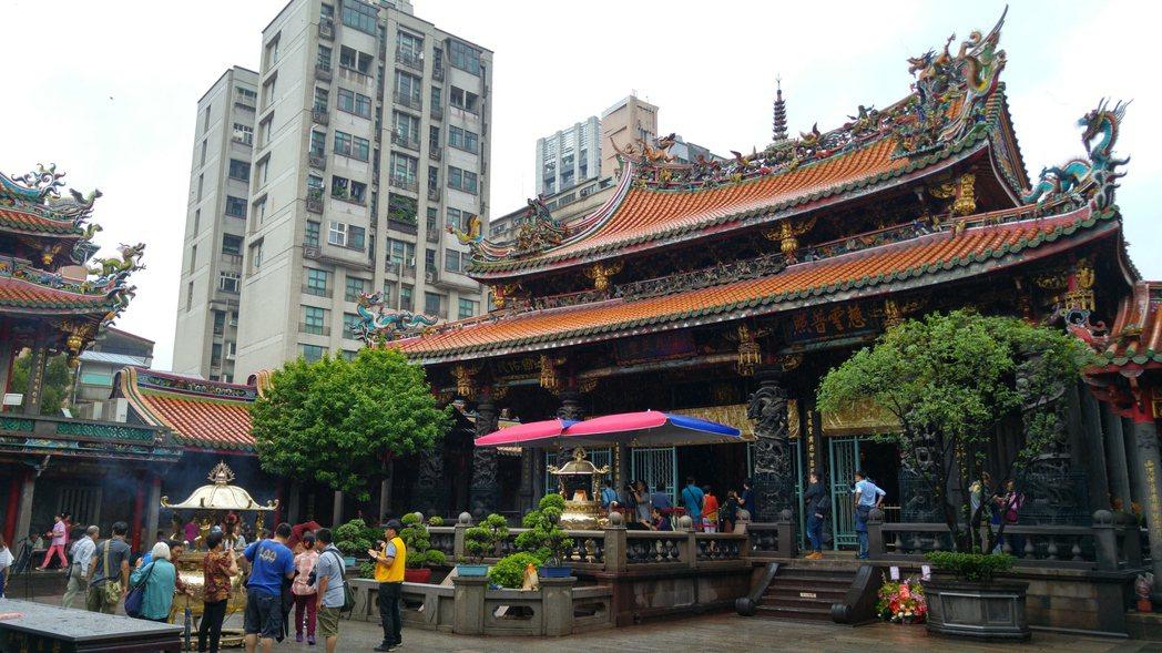 為了響應環保,龍山寺從2015年開始逐步減少香爐數量,從七座減少到一座,廟方人員...