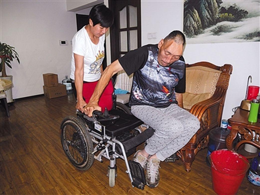 楊繼剛由於腿部疾病,無法站起來。(取材自新京報) 韓劍華