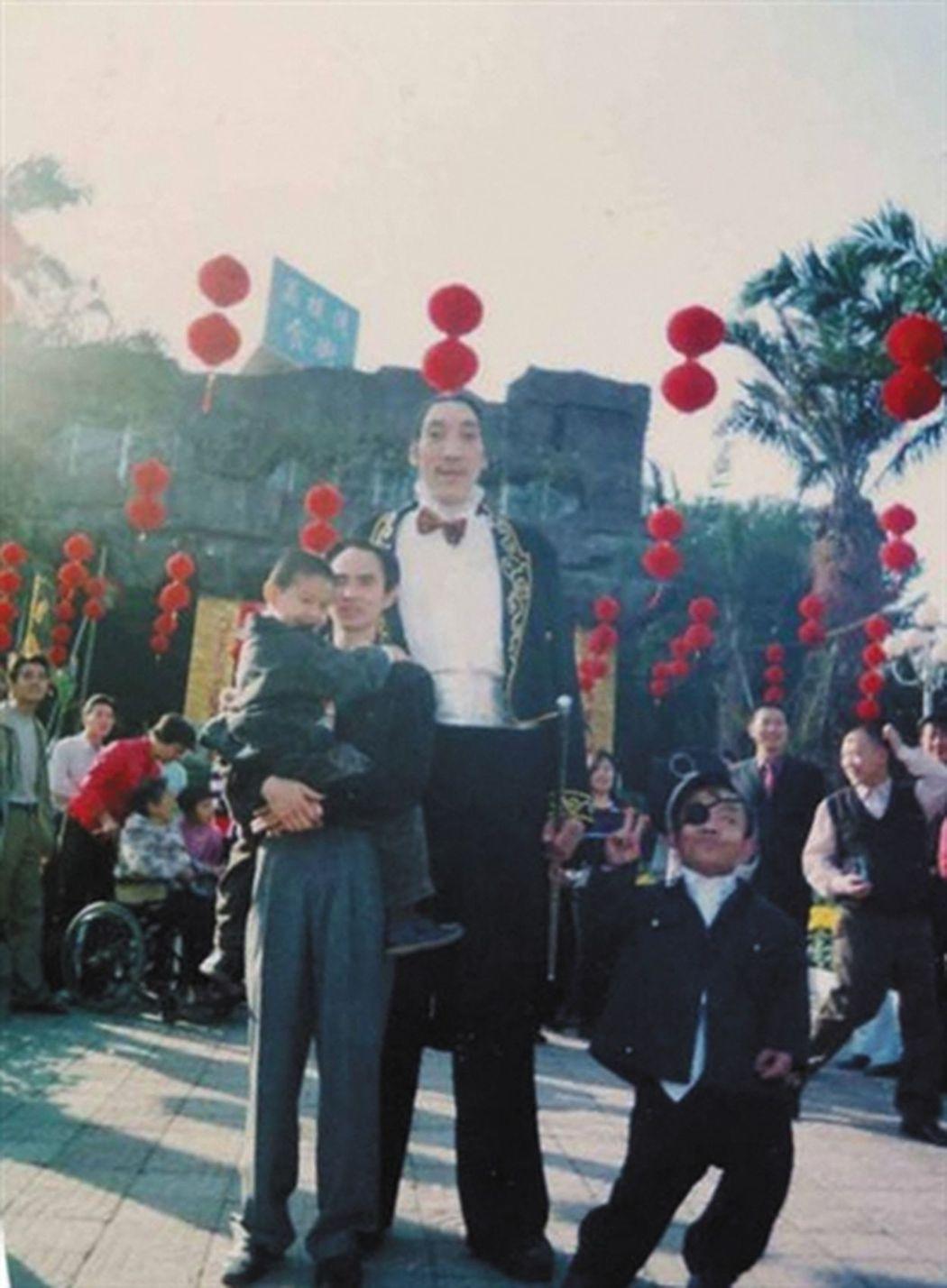 成都世界樂園,遊客和楊繼剛合影。(取材自新京報/受訪者供圖) 葉玉鏡