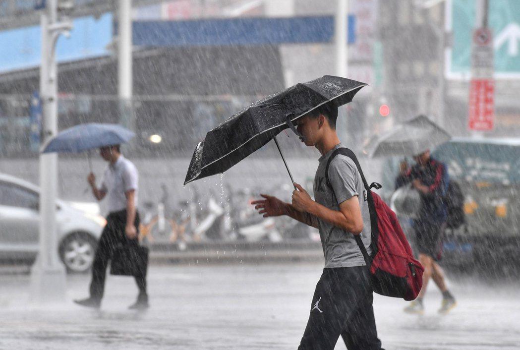 這波梅雨劇烈降雨今天傍晚才要開始,且明天會持續下一整天,西半部要嚴防豪大雨。 中...