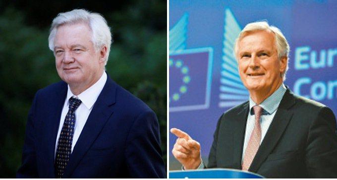脫歐大臣戴維斯(左)和歐盟執行委員會談判代表巴尼耶(右)宣布英國將自19日開始與...