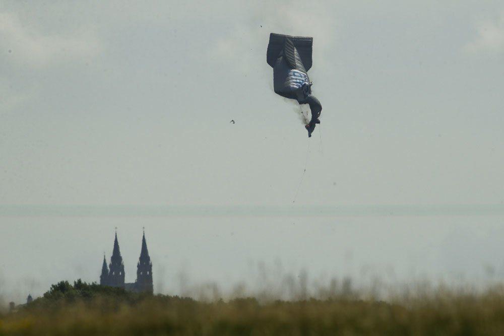 美國高球公開賽今天開打,一艘在空中拍攝畫面的小型飛船突然起火墜毀。 美聯社