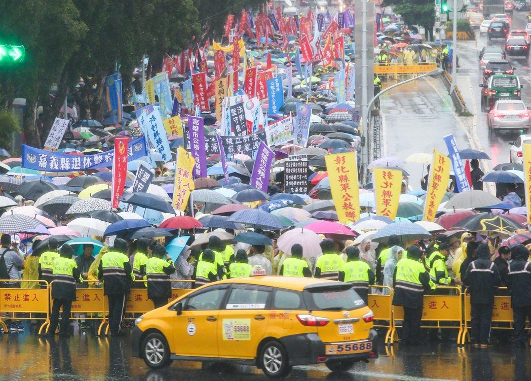 多個軍公教團體昨天走上街頭抗議年金改革政策,一度癱瘓忠孝東、西路,交通大亂。 聯...