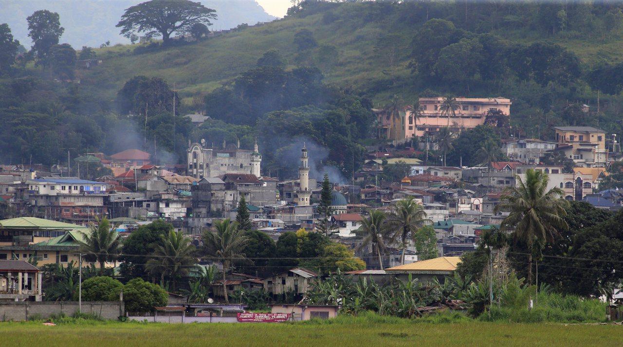 菲律賓南部穆斯林大城馬拉韋市,政府軍仍在與恐怖份子作戰,而專家認為,菲南動亂有極...