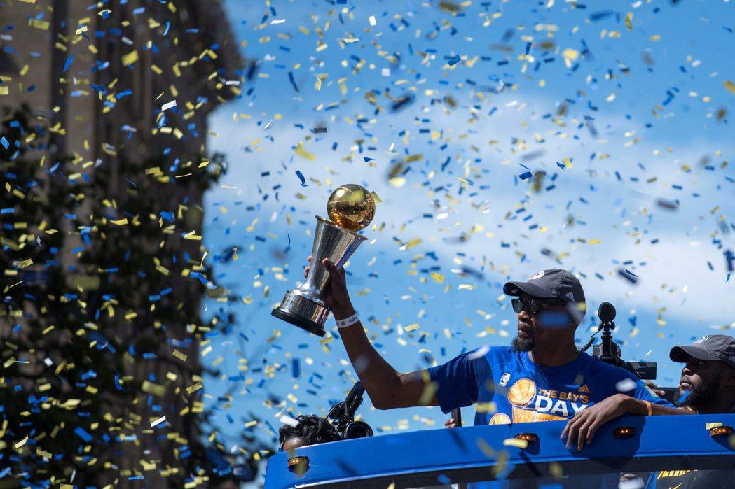 杜蘭特高舉MVP獎盃向球迷致意。 路透