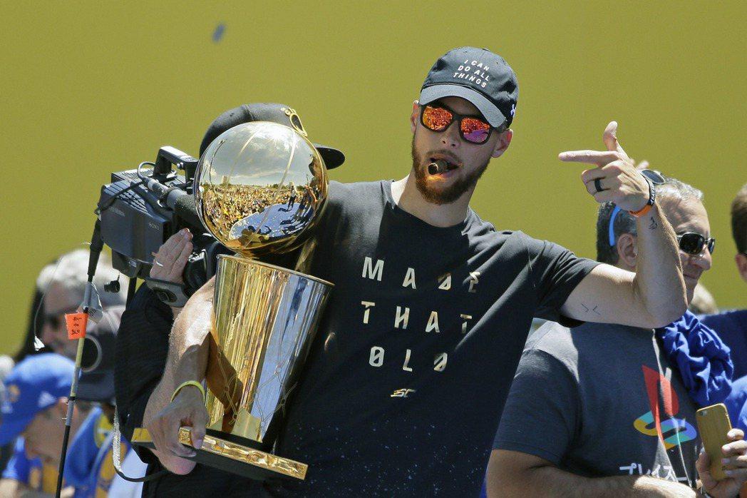 柯瑞抽著雪茄手捧冠軍金盃。 美聯社