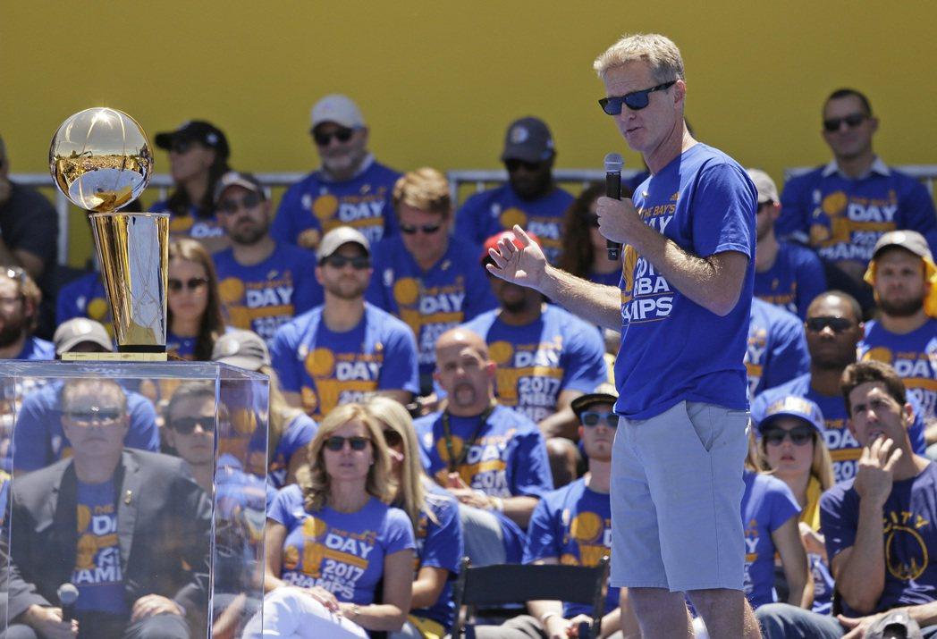 柯爾在歐布萊恩金盃前發表演說。 美聯社