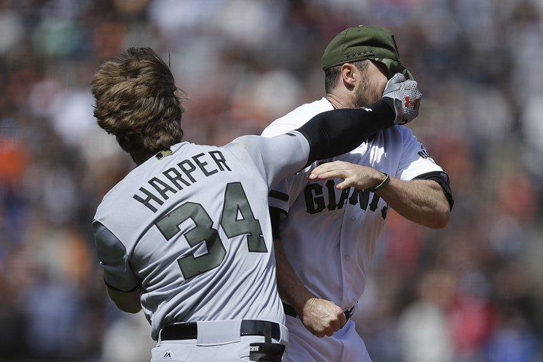 國民隊打者哈波被巨人隊投手史崔克藍以時速157公里的火球命中臀部,哈波馬上衝上投...
