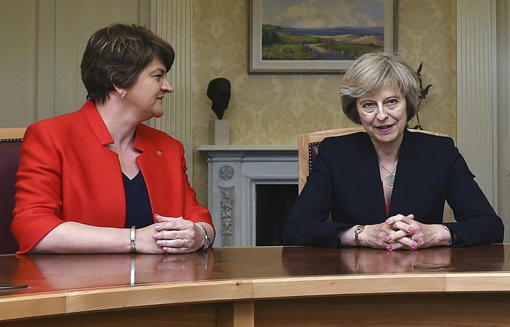 豪賭失敗後的梅伊,與北愛爾蘭親英派的民主統一黨協商合作。圖左為民主統一黨黨魁佛斯...